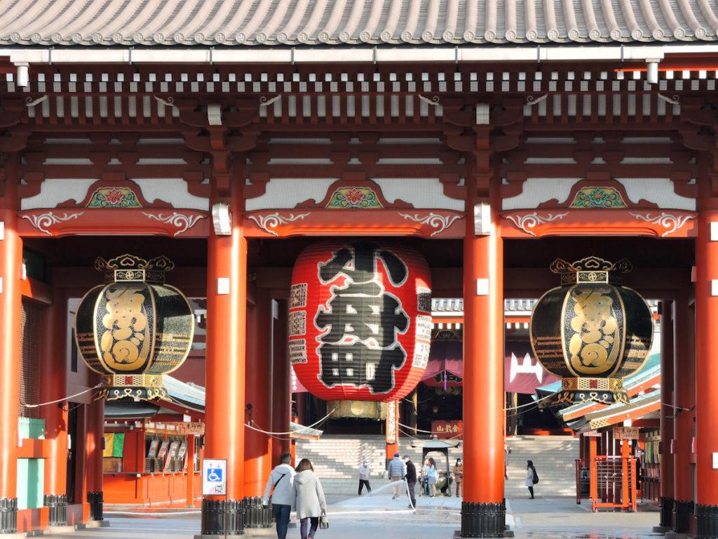 close up of sensoji temple gate