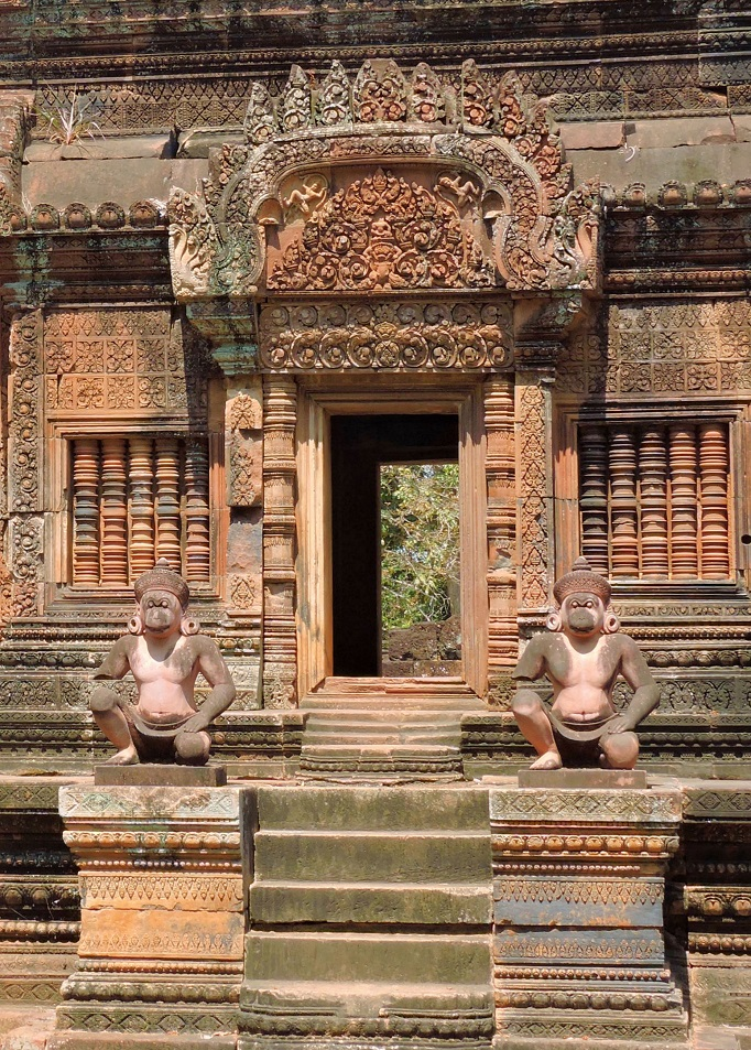 pink sandstone carvings of Banteay Srei